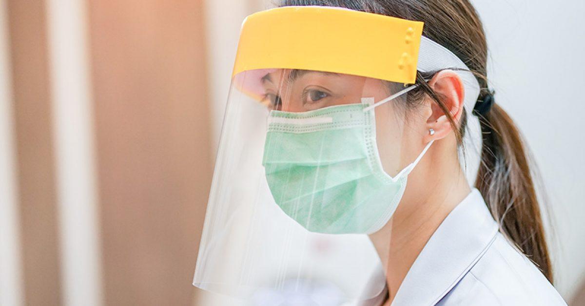 voici-pourquoi-les-boucliers-faciaux-ne-sont-pas-une-alternative-sure-aux-masques-en-tissu