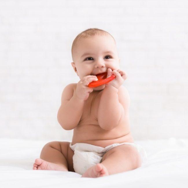 4-remedes-naturels-pour-soulager-bebe-lors-des-poussees-dentaires