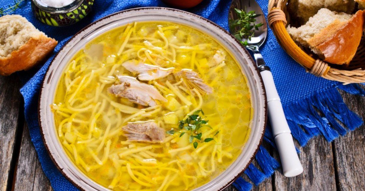 la-chorba-une-delicieuse-soupe-de-vermicelle-au-poulet-et-aux-oignons